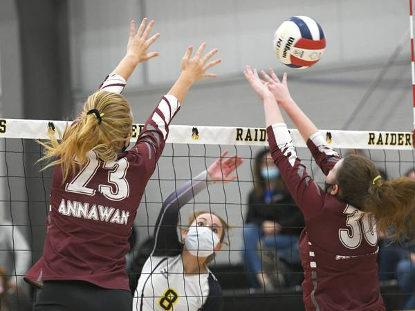 Volleyball roundup: Oregon fights back for win, advances to regional title match